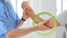 Fisioterapista che massaggia gomito