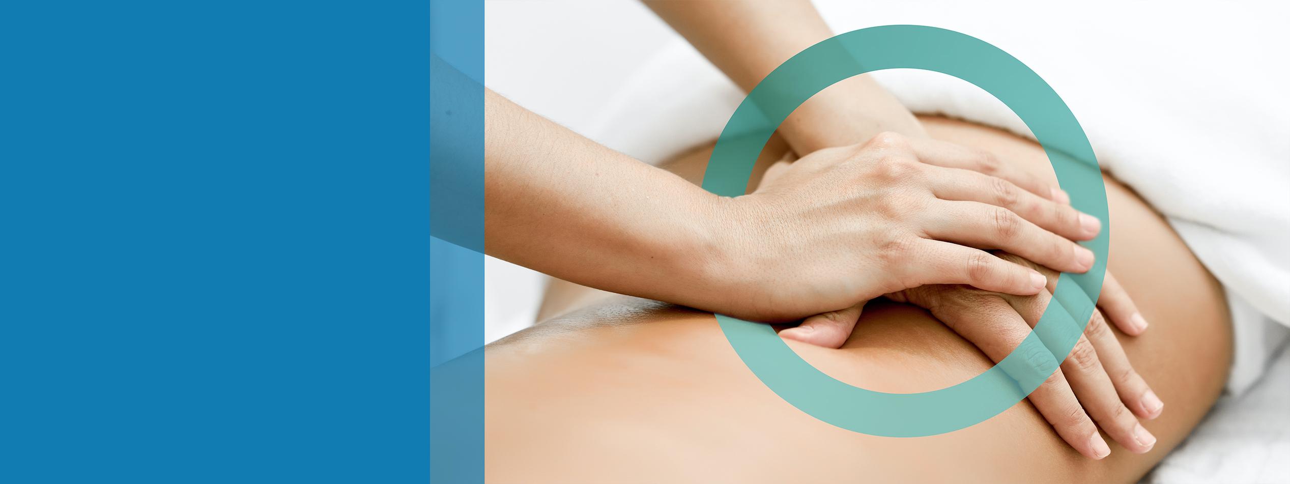 Mani che fanno un massaggio alla schiena di una ragazza