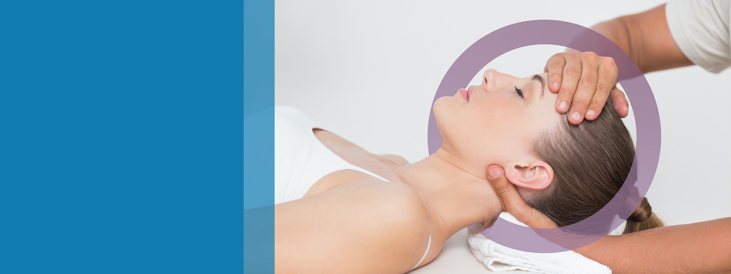 osteopata che massaggia collo di una ragazza