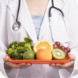Nutrizionista con verdura in mano