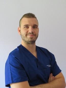 Foto di Alessandro osteopata: dottore con camice blu