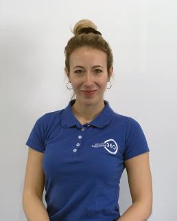 Ragazza con maglietta blu studio benessere 360